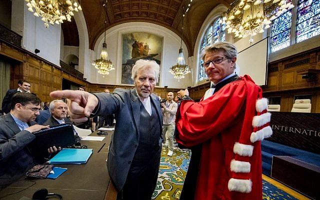 Mohsen Mohebi (L), representante de Irán, aparece en la fotografía durante la apertura del caso entre Irán y Estados Unidos en la Corte Internacional de Justicia en La Haya, Holanda, el 27 de agosto de 2018. (AFP Photo / ANP / Jerry Lampen )