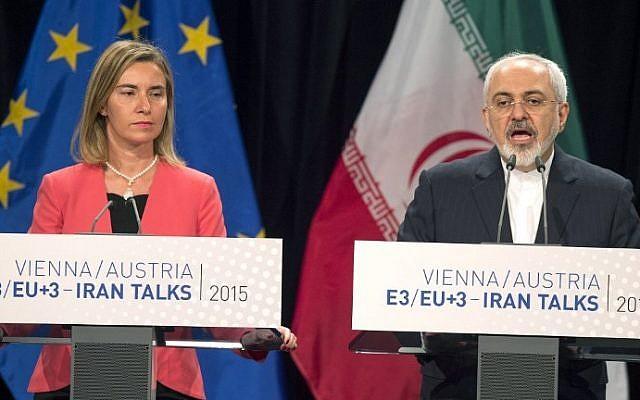 Alta Representante de la Unión Europea para Asuntos Exteriores y Política de Seguridad Federica Mogherini, izquierda, y el Ministro de Relaciones Exteriores iraní Mohammad Javad Zarif asisten a una conferencia de prensa final de las conversaciones nucleares de Irán en Viena, Austria, el 14 de julio de 2015. (Joe Klamar / AFP)