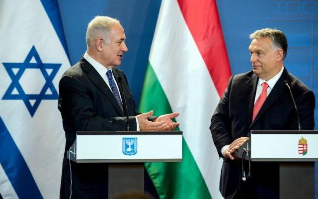 El primer ministro Benjamin Netanyahu (L) y su homólogo húngaro, Viktor Orban, dan una conferencia de prensa conjunta en el parlamento en Budapest, Hungría, el 18 de julio de 2017. (AFP photo / Oficina del Primer Ministro húngaro y Pool / Karoly Arvai)