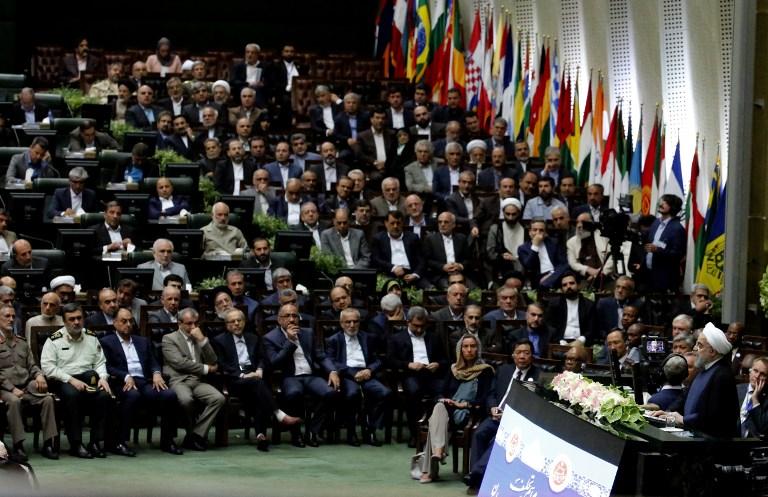 El presidente de Irán, Hassan Rouhani (2-R) pronuncia un discurso después de jurar ante el parlamento en Teherán, el 5 de agosto de 2017. (AFP PHOTO / ATTA KENARE)