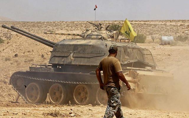 Imagen ilustrativa de un tanque volando la bandera del grupo terrorista Hezbollah visto en el área de Qara en la región de Qalamoun en Siria el 28 de agosto de 2017 (AFP Photo / Louai Beshara)