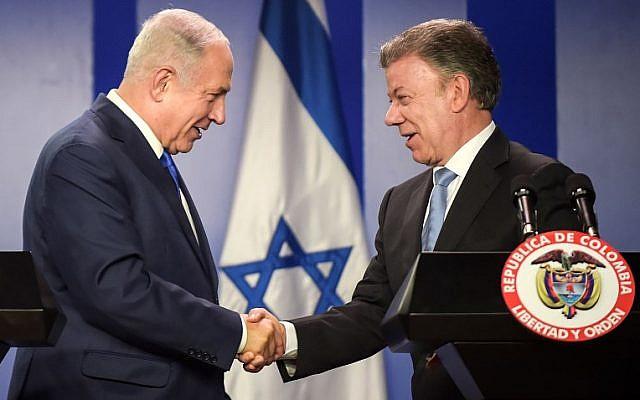 El primer ministro, Benjamín Netanyahu, a la izquierda, y el presidente colombiano Juan Manuel Santos se dan la mano durante una ceremonia para firmar acuerdos en el palacio de Narino en Bogotá, el 13 de septiembre de 2017. (AFP / Raúl Arboleda)