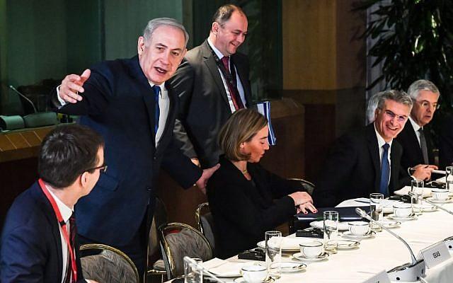 Primer ministro Benjamin Netanyahu durante una reunión de desayuno con ministros de Asuntos Exteriores de la UE en el edificio del Consejo de la UE en Bruselas el 11 de diciembre de 2017. (AFP Photo / Pool / Geert Vanden Wijngaert)