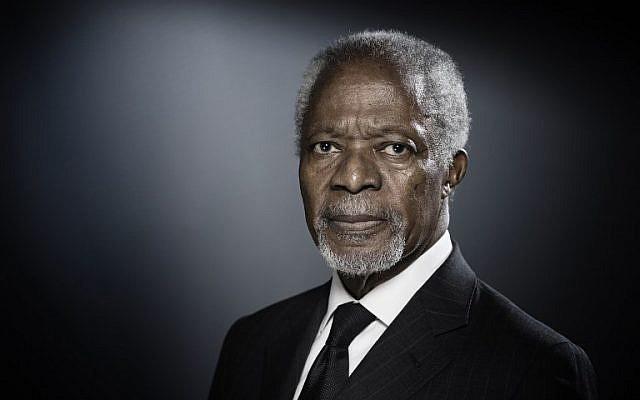 El ex secretario general de las Naciones Unidas (ONU), Kofi Annan, posa durante una sesión de fotos en París, el 11 de diciembre de 2017. (JOEL SAGET / AFP)