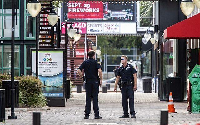 Oficiales del Sheriff de Jacksonville patrullan alrededor de los barcos en Jacksonville Landing el 26 de agosto de 2018 en Jacksonville, Florida (Mark Wallheiser / Getty Images / AFP)