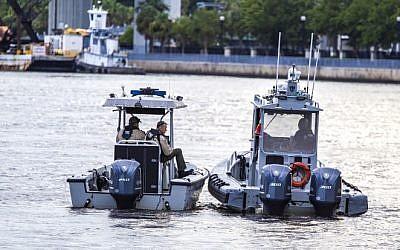 Oficiales del Sheriff de Jacksonville patrullan el río St. Johns frente al aterrizaje de Jacksonville después de un tiroteo ocurrido el 26 de agosto de 2018 en Jacksonville, Florida (Mark Wallheiser / Getty Images / AFP