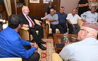 El presidente Reuven Rivlin (L) se reunió con los líderes de la comunidad drusa en su residencia en Jerusalén el 29 de julio de 2018. (Mark Neiman / GPO)
