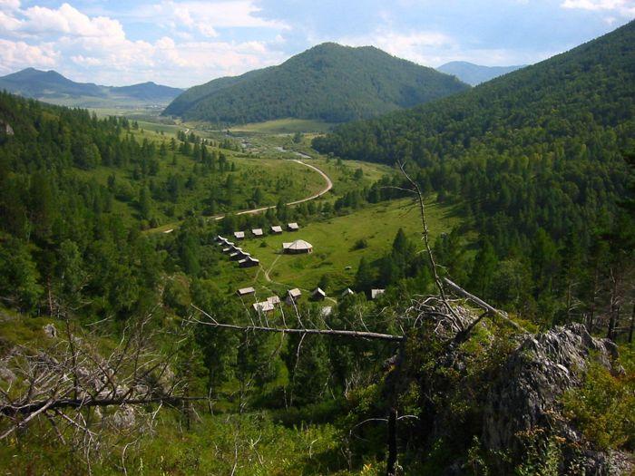 El valle desde arriba del sitio arqueológico de la Cueva de Denisova, Siberia, Rusia (B. Viola / MPI f. Evolutivo A)