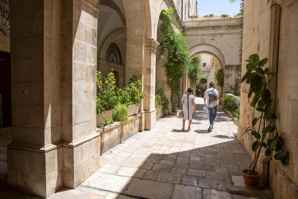 Los visitantes caminan dentro del Monasterio de la Flagelación. (Emil Salman)