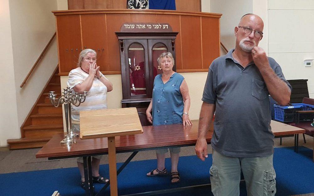 Los congregantes contemplan el final de la Gran Sinagoga de Deventer en su hogar actual, el 30 de julio de 2018. (Cnaan Liphshiz)
