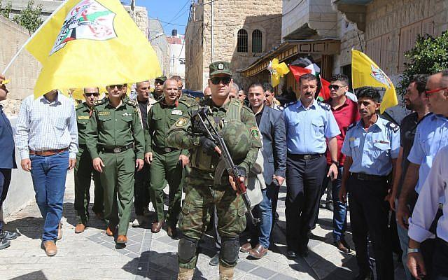 Fuerzas de seguridad de la Autoridad Palestina que recorren el Hebrón controlado por Israel en uniforme el 31 de julio de 2018 (Crédito: Wafa)