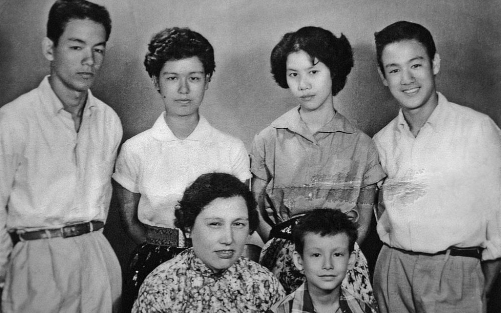 Hermanos Peter, Agnes, Grace, Phoebe, Robert y Bruce Lee, alrededor de 1956. (Cortesía de Matthew Lee)