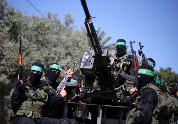 Militantes palestinos de Hamas asisten a un simulacro militar en preparación para cualquier enfrentamiento próximo con Israel, en el sur de la Franja de Gaza el 25 de marzo de 2018.. (Crédito de la foto: IBRAHEEM ABU MUSTAFA / REUTERS)