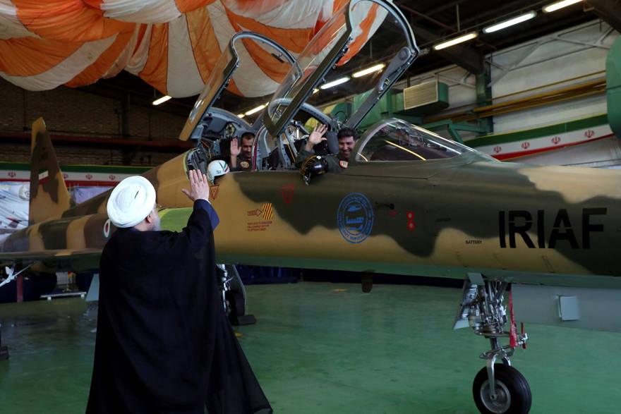 El presidente iraní Hassan Rohani, a la izquierda, saluda a los pilotos antes de la inauguración de su avión de combate, el 21 de agosto de 2018. Oficina de la Presidencia iraní a través de AP