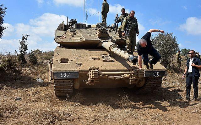 El Ministro de Defensa, Avigdor Liberman, baja de un tanque en los Altos del Golán el 7 de agosto de 2018. (Ariel Hermoni / Ministerio de Defensa)