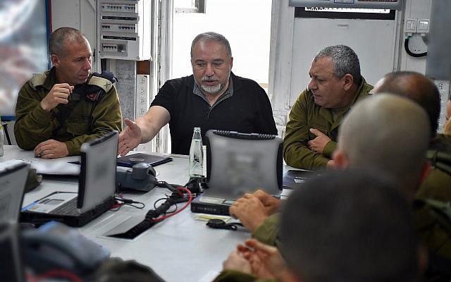 El Ministro de Defensa Avigdor Liberman (c) habla en una reunión con el Jefe de Gabinete de las FDI Gadi Eisenkot (R) y Jefe del Comando Norte Yoel Strick el 7 de agosto de 2018. (Ariel Hermoni / Ministerio de Defensa)
