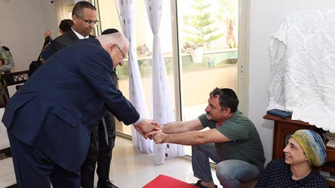 El presidente Reuven Rivlin con los padres de Ronen (Foto: Gov. Press Office)