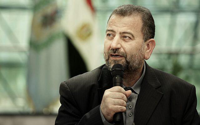 El vicepresidente político de Hamas, Saleh al-Arouri, después de firmar un acuerdo de reconciliación con el alto funcionario de Fatah Azzam al-Ahmad, durante una breve ceremonia en el complejo de inteligencia egipcio en El Cairo, Egipto, 12 de octubre de 2017. (AP / Nariman El-Mofty)
