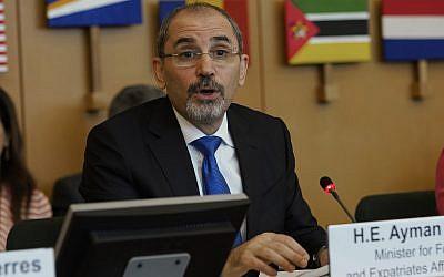 El ministro de Asuntos Exteriores de Jordania, Ayman Safadi, pronuncia un discurso durante la conferencia de la UNRWA en Roma, Italia, el 15 de marzo de 2018. (AP / Andrew Medichini)