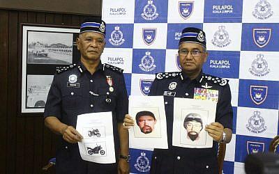 El inspector general de la Real Policía de Malasia, Mohamad Fuzi Harun, a la derecha, muestra dos imágenes de sospechosos del asesinato de un hombre de Hamas durante una conferencia de prensa en Kuala Lumpur, Malasia, el lunes 23 de abril de 2018. (AP)El inspector general de la Real Policía de Malasia, Mohamad Fuzi Harun, a la derecha, muestra dos imágenes de sospechosos del asesinato de un hombre de Hamas durante una conferencia de prensa en Kuala Lumpur, Malasia, el lunes 23 de abril de 2018. (AP)