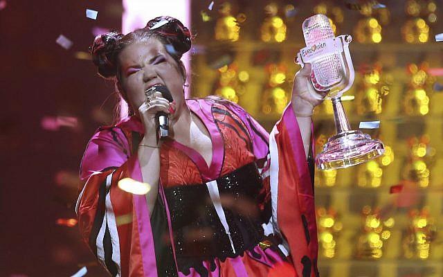 """Netta Barzilai de Israel interpreta """"Toy"""" después de ganar el concurso de canciones de Eurovisión en Lisboa, Portugal, el sábado 12 de mayo de 2018. (AP Photo / Armando Franca)"""