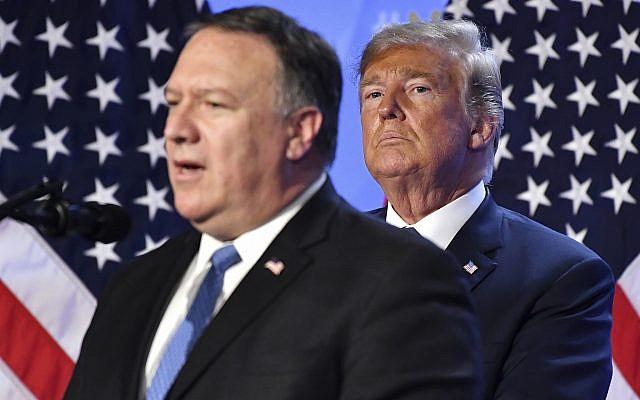 El presidente estadounidense, Donald Trump, escucha al Secretario de Estado Mike Pompeo durante la conferencia de prensa después de una cumbre de jefes de estado y gobierno en la sede de la OTAN en Bruselas, Bélgica, el 12 de julio de 2018. (Geert Vanden Wijngaert / AP)