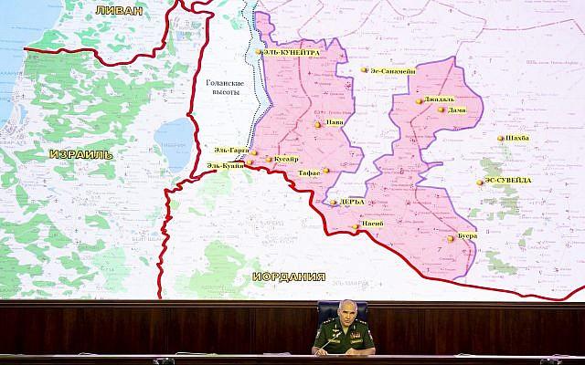 Col.-Gen. Sergei Rudskoy del Estado Mayor Militar ruso habla a los medios de comunicación mientras una pantalla muestra el mapa de Israel, Jordania, Siria y el Líbano en Moscú, Rusia, el 2 de agosto de 2018. (AP Photo / Alexander Zemlianichenko, Pool)
