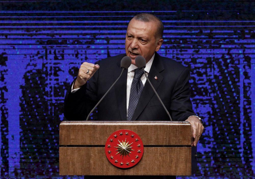 El presidente de Turquía, Recep Tayyip Erdogan, anuncia un plan de acción para los primeros 100 días de su nueva presidencia, en Ankara, Turquía, el viernes 3 de agosto de 2018. (AP / Burhan Ozbilici)