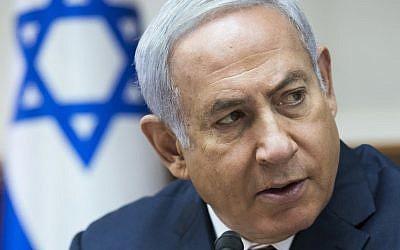 El primer ministro Benjamin Netanyahu se dirige a la reunión semanal del gabinete en su oficina en Jerusalén, el 12 de agosto de 2018. (Jim Hollander / Pool vía AP)