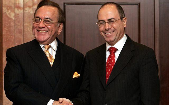 """El ministro de Relaciones Exteriores paquistaní Khursheed Kasuri, izquierda, saluda a su homólogo israelí, Silvan Shalom, en Estambul, Turquía, el 1 de septiembre de 2005. Los ministros de Relaciones Exteriores de Israel y Pakistán, un país musulmán que hace mucho tomó una línea dura contra los judíos Estado, se reunió públicamente por primera vez, un avance diplomático que siguió a la retirada de Israel de la Franja de Gaza. Shalom elogió la reunión como """"histórica"""" y dijo que después de la retirada de Gaza era """"el momento para que todos los países musulmanes y árabes reconsideraran sus relaciones con Israel"""". (AP Photo / Murad Sezer)"""