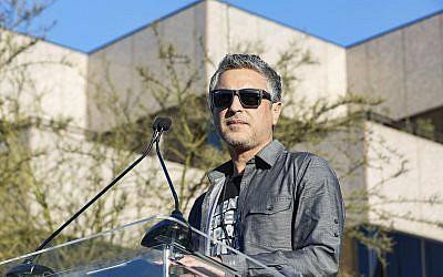 """Reza Aslan habla en el mitin """"United Voices"""" de la UTA en la sede central de United Talent Agency el 24 de febrero de 2017 en Beverly Hills, California (Willy Sanjuan / Invision / AP)"""
