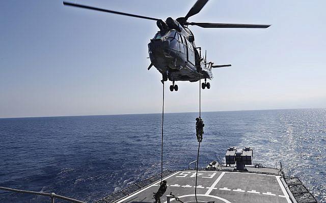 Soldados del ejército libanés descienden de un helicóptero a la cubierta del buque de guerra brasileño UNIAO, parte de la fuerza marítima de la FPNUL, durante un ejercicio de entrenamiento conjunto para evitar el contrabando de material ilegal, frente a la costa de Beirut, Líbano, el miércoles 23 de agosto , 2017. (AP / Hussein Malla)