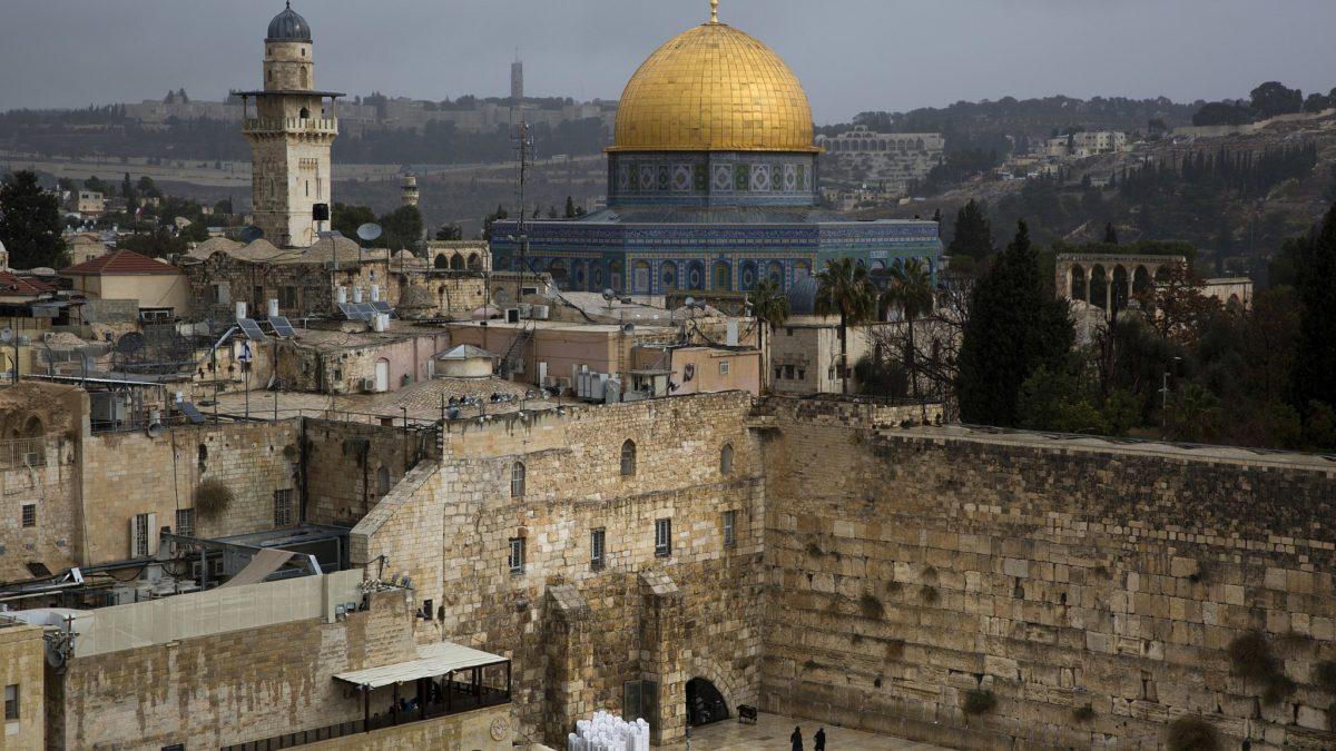 Una vista del Muro Occidental y la Cúpula de la Roca, uno de los sitios más sagrados para judíos y musulmanes, se ve en la Ciudad Vieja de Jerusalem, el 6 de diciembre de 2017 (AP Photo / Oded Balilty)
