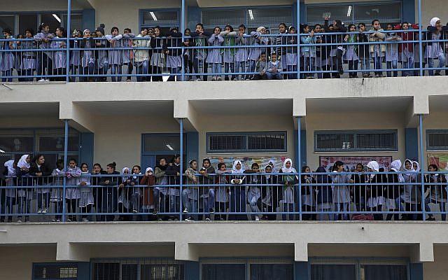 Las niñas de las escuelas de refugiados miran como el comisario general de la UNRWA, Pierre Kraehenbuehl, da una conferencia de prensa para lanzar una campaña mundial para apoyar al OOPS en la Escuela Preparatoria Rimal de la UNRWA en la ciudad de Gaza, 22 de enero de 2018 (AP Photo / Adel Hana)