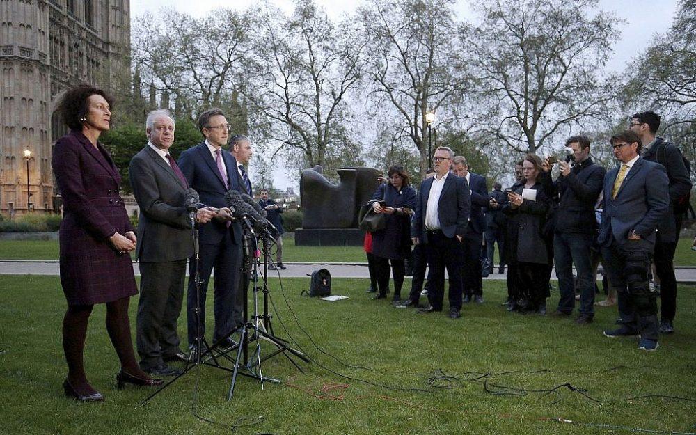 Miembros de la Junta de Diputados de los judíos británicos, de izquierda a derecha, Gillian Merron, Jonathan Arkush, Jonathan Goldstein y Simon Johnson, hablan ante los medios de comunicación fuera del parlamento británico después de una reunión con el líder del Partido Laborista Jeremy Corbyn, en Londres, el martes 24 de abril de 2018. (Jonathan Brady / PA vía AP)