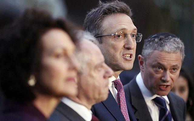 Jonathan Goldstein, centro, junto con miembros de la Junta de Diputados de judíos británicos (de izquierda a derecha) Gillian Merron, Jonathan Arkush y Simon Johnson fuera del parlamento británico después de una reunión con Jeremy Corbyn, líder opositor británico del Partido Laborista, el martes 24 de abril de 2018 . (Jonathan Brady / PA a través de AP)