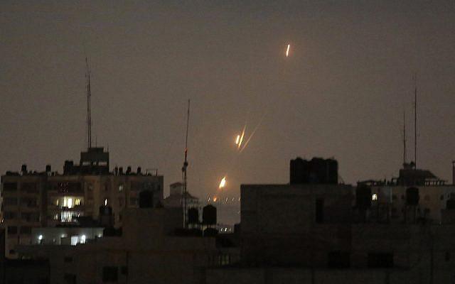 Ilustrativo: las llamas de los cohetes lanzados por los palestinos se ven sobre la Franja de Gaza en dirección a Israel, en la madrugada del 30 de mayo de 2018. (AP Photo / Hatem Moussa)