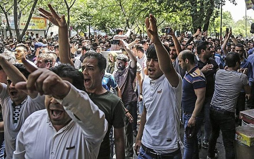 Manifestantes iraníes culpan a su gobierno, no a Estados Unidos, por economía en crisis