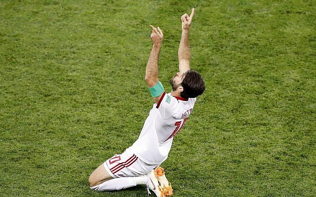El iraní Karim Ansarifard celebra después de anotar un gol durante la Copa Mundial de fútbol en el Mordovia Arena en Saransk, Rusia, el 25 de junio de 2018. (Darko Bandic / AP)