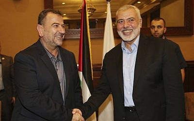En esta foto, Ismail Haniyeh, a la derecha, el jefe de la oficina política de Hamas, estrecha la mano de su vicepresidente Saleh al-Arouri, a su llegada a Gaza desde El Cairo, Egipto, en la ciudad de Gaza, el 2 de agosto de 2018. (Mohammad Austaz / Hamas Oficina de medios a través de AP)