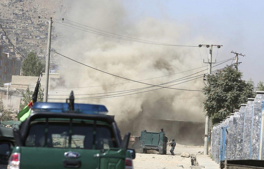 El humo se eleva desde una casa donde presuntos atacantes se ocultan en Kabul, Afganistán, el 21 de agosto de 2018. (AP Photo / Rahmat Gul)