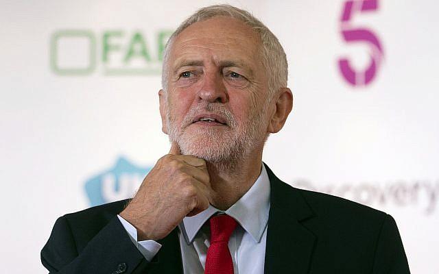 El líder del partido laborista británico Jeremy Corbyn se enfrentará a los medios después de pronunciar la conferencia alternativa MacTaggart explorando el papel de los medios en el Festival de Televisión de Edimburgo en Edimburgo, Escocia, el 23 de agosto de 2018. (Jane Barlow / PA vía AP)