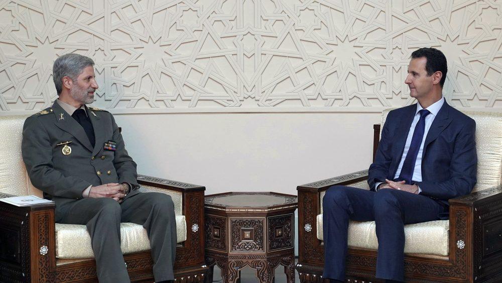 Esta foto publicada por la agencia oficial de noticias siria SANA muestra que el presidente sirio Bashar Assad, a la derecha, se reúne con el ministro de Defensa de Irán, Amir Hatami, en Damasco, Siria, el 26 de agosto de 2018. (SANA vía AP)
