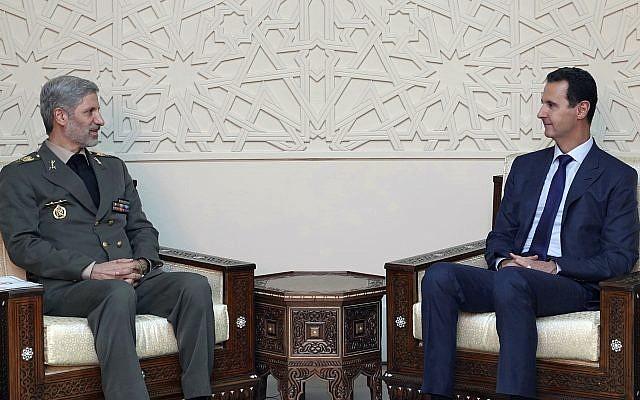 Esta foto, publicada por la agencia de noticias oficial siria SANA, muestra al presidente sirio Bashar Assad, a la derecha, reuniéndose con el ministro de Defensa de Irán, Amir Hatami, en Damasco, Siria, el domingo 26 de agosto de 2018. (SANA vía AP)