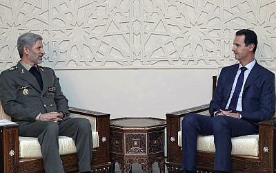 Esta foto publicada por la agencia de noticias oficial siria SANA muestra al presidente sirio Bashar Assad, a la derecha, reuniéndose con el ministro de Defensa de Irán, Amir Hatami, en Damasco, Siria, el 26 de agosto de 2018. (SANA vía AP)