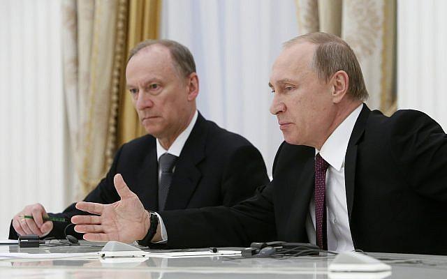 El presidente ruso Vladimir Putin, a la derecha, flanqueado por el secretario del Consejo de Seguridad Nikolai Patrushev, se reúne con los altos funcionarios de los países BRICS a cargo de cuestiones de seguridad en el Kremlin de Moscú, Rusia, el 26 de mayo de 2015. (Sergei Karpukhin / Pool Photo via AP)