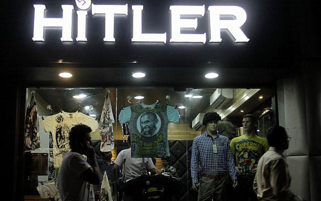En esta foto, los indios caminan frente a una tienda de ropa llamada 'Hitler' en Ahmadabad, India, el 4 de septiembre de 2012. (AP Photo / Ajit Solanki)