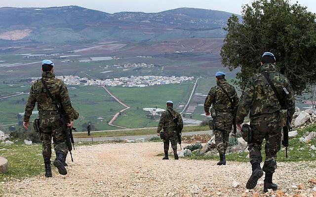 Patrullas de paz españolas de la ONU patrullan en la disputada zona de Shebaa Farms entre Líbano e Israel, frente al pueblo fronterizo dividido de Ghajar, en el sudeste de Líbano, el martes 24 de febrero de 2015. (AP / Hussein Malla)