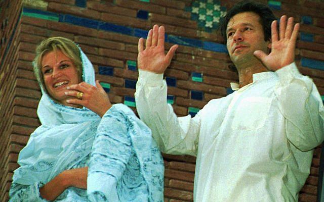 Imran Khan, a la derecha, ex jugador de cricket pakistaní, junto con su esposa recién casada Jemima, vestida con vestimenta tradicional pakistaní, trata de calmar a la multitud emocional reunida frente a su residencia el sábado 22 de julio de 1995 en Lahore. Había volado en ese día con su esposa de Jeddah y fue recibido por cientos de sus admiradores en el aeropuerto de Lahore. (AP Photo / BKBangash)