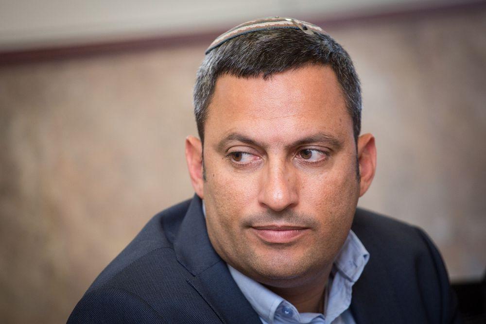 Alon Davidi, alcalde de la ciudad de Sderot, en el sur de Israel, asiste a una conferencia de prensa en Jerusalem el 27 de marzo de 2017. (Hadas Parush / Flash 90)